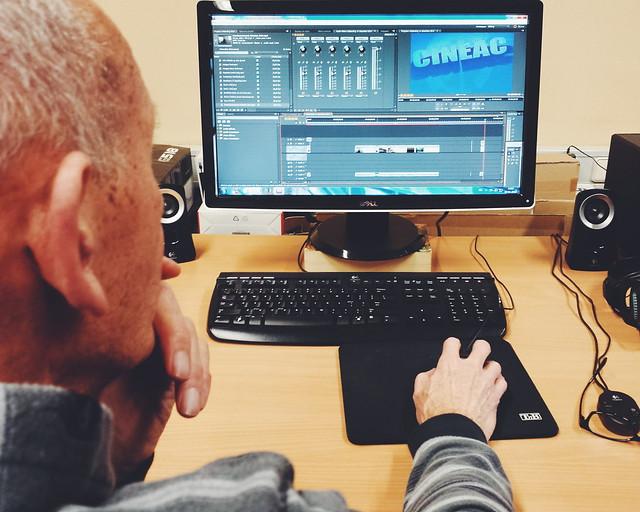@interniek aan de montage voor Cineac met Adobe Premiere