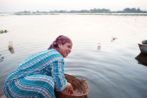 Woman washing wheat (wafaa)