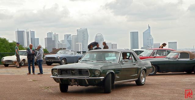 Ford Mustang et au loin La Défense