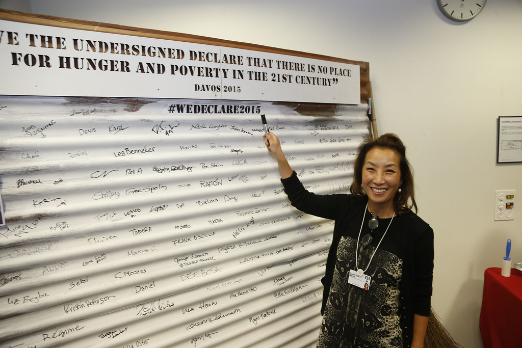 Guen Soo Senn signs the pledge against hunger and poverty