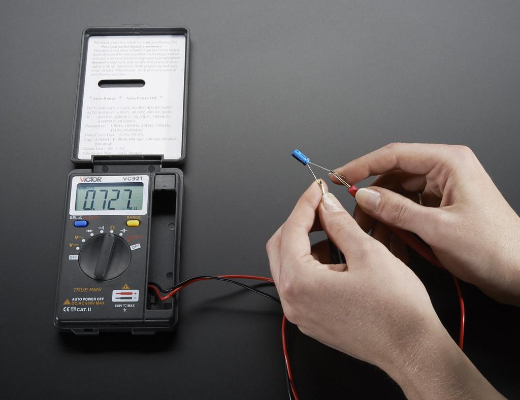 Cómo probar un condensador con un multímetro