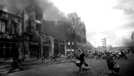 Mujeres caminando por las ruinas de Stalingrado