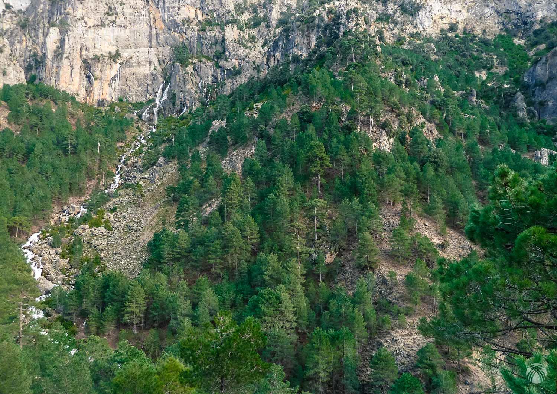 Panorama de la pared donde nace el río Aguasmulas