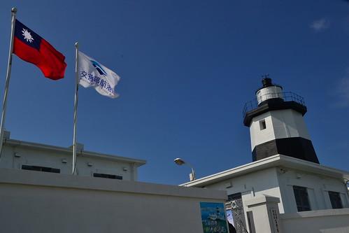 圖3.在國旗的輝映下,黑白相間的富貴角燈塔更顯得壯美。