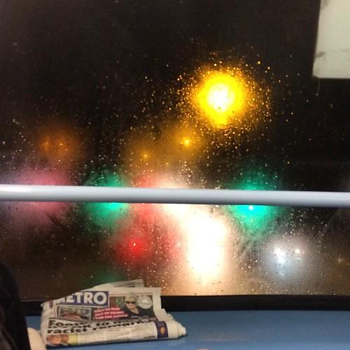 A little bit blurry on the bus / Un poco borroso en el bus :-) #bus #angelofthenorth #21bus #northeast #thekey #uk #greatbritain #november #winter #friday #rainy #colours #road #traffic #lights #night