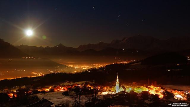 * France, Haute Savoie, le village de Cordon et le massif du Mont Blanc à l'heure bleue, pleine lune.