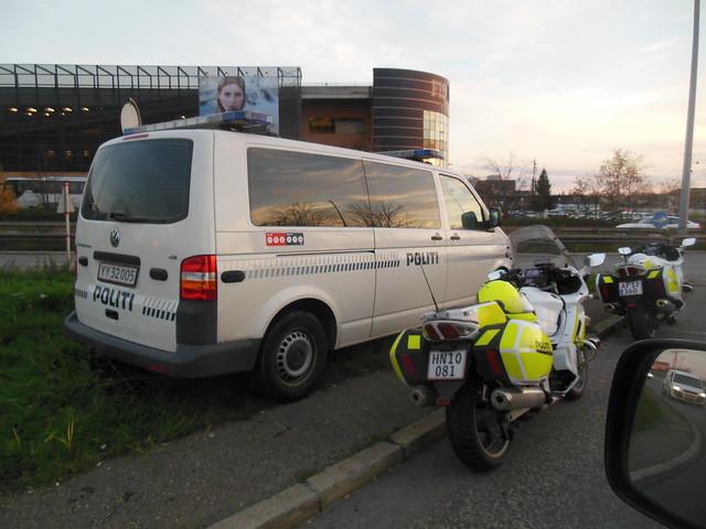 Copenhagen Police into the sunset speedtrap with VW Transporter + 2 MC