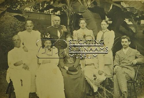 Groepsportret van 9 personen | by Stichting Surinaams Museum