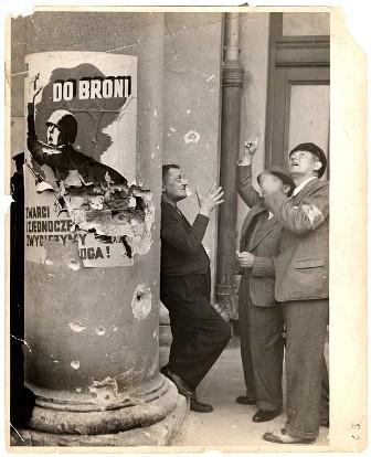 Civiles contemplando los bombardeos de Varsovia