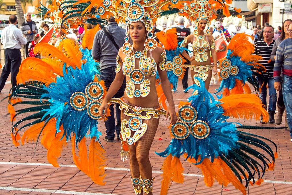 2016-02-13 Carnaval al sol, Las Palmas (07) - Comparsa Kisamba - Karnevalsumzug auf der Strandpromenade von Las Palmas de Gran Canaria