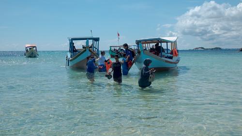 berlabuh di pulau lengkuas   by TaraMahakita