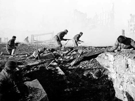 Soldados avanzando en Stalingrado