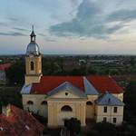 Die Billeder Kirche bei Sonnenaufgang, ein Abglanz des barocken Wien. Sie wurde 1777 von den Habsburgern gebaut und ist 1800 durch den Zubau der Neugasse aus dem Dorfzentrum gerückt.