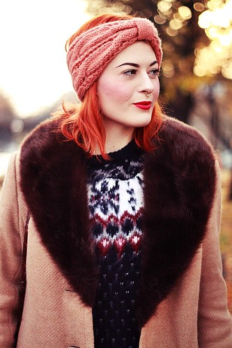 HERBST_OUTFIT_BLOG_BERLIN_VINTAGE_MANTEL_STIRNBAND_ROTE_HAARE_KUPFER_KLEIDERMARKT_2ND_HAND_NORWEGER_PULLOVER_PRIMARK_VINTAGE_MAKEUP_MAKE_UP_BEAUTY_DIP_BROW_POMADE_EYEBROWS_PIN_UP_BERLIN_ROCKABILLY (2) | by microphoneheart