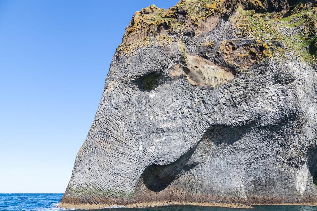 Roca_del_elefante,_Heimaey,_Islas_Vestman,_Suðurland,_Islandia,_2014-08-17,_DD_036