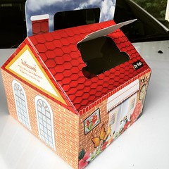 #cake box with a window letting u see what's inside