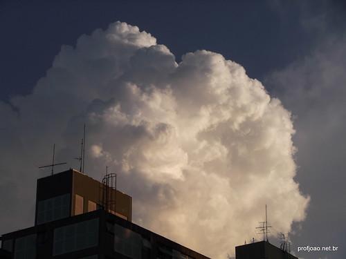 Parece fumaça mas são nuvens