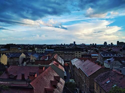 Zagabria, Vista dall alto #zagabria #zagreb #croatia #hrvatska #igerszagreb #igerscroatia #city #downtown #landscape #bluesky #clouds | by Gianluca Bertoncelli Photography