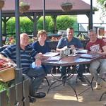 Adam und Roswitha Csonti mit Norbert Müller und Werner Gilde in der >>Clinica de bere<< (Bierklinik), eine Temeswarer Gaststätte mit selbstgebrautem Bier