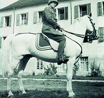 El General Patton montando a caballo