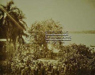 Onbekende samenkomst   by Stichting Surinaams Museum