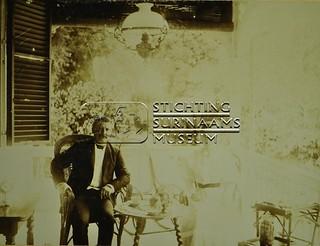Man en vrouw op balkon | by Stichting Surinaams Museum