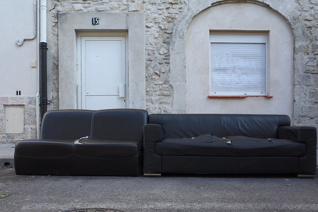 2 black sofas, greetings from Nîmes !