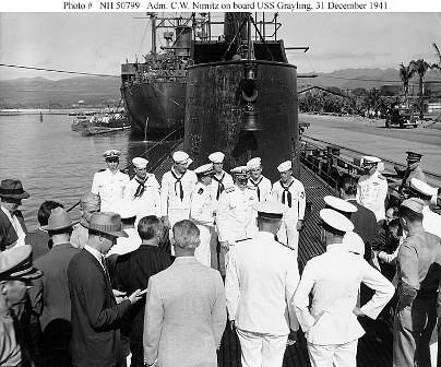Chester Nimitz toma posesión de su cargo en el USS Grayling