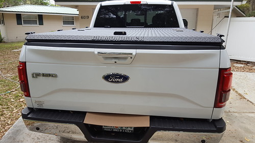 aluminum tonneaucover truckbedcover diamondback diamondplate pickuptruck whitetruck ruggedblack closed noaccessories ford f150 se s ff15 driveway rearview liftedtruck 0015000001igdzdaan