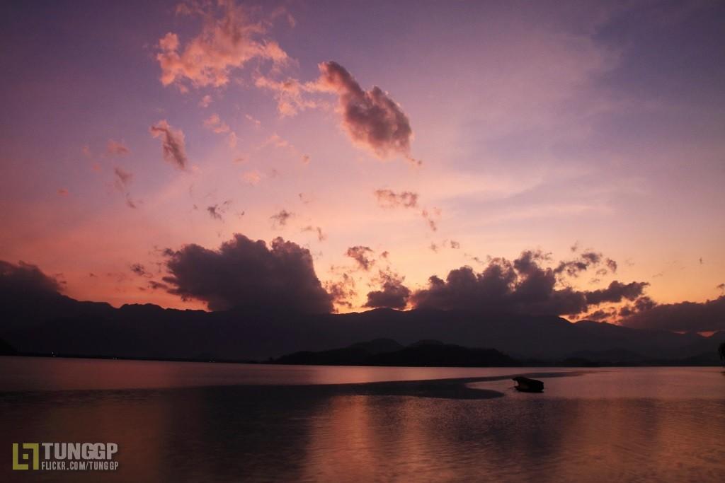 Joyeux Noel Twilight.Purple Twilight Taken At Northern Point Of Nui Coc Lake T