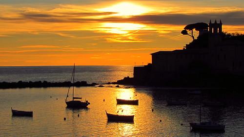 sestrilevante liguria baiadelsilenzio tramonto sunset mare sea barca boat porto harbor sole sun