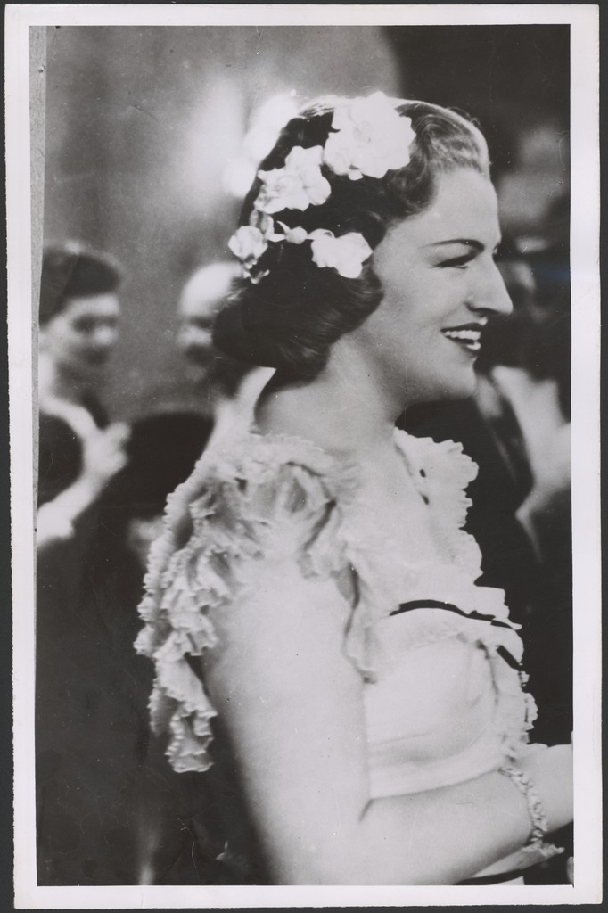 [Portrait of Gracie Fields with flowers in her hair, 194-?]