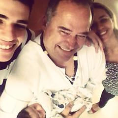 Vovô, vovó, papai e netinho, alegria que não cabe na foto #EuAvô