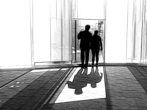bw ventana window personas pareja pair mirada view vista edificio building cdmx méxico mexico fractalius editada edited ps contraluz backlight sombra shadow luz light oficina office inicio begining contraste contrast highlight resplandor shining alfombra carpet cristal vidrio