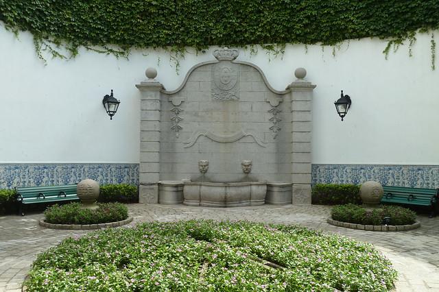 Two-headed fountain, Leal Senado