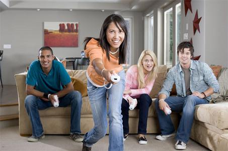 Gente jugando a Nintendo Wii