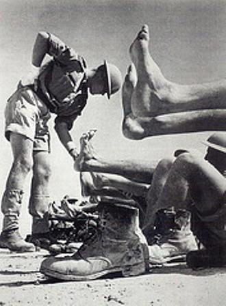 Soldados comprobando sus pies