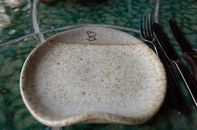 <p>b)セラミックキッチンのロゴ入りプレート</p>