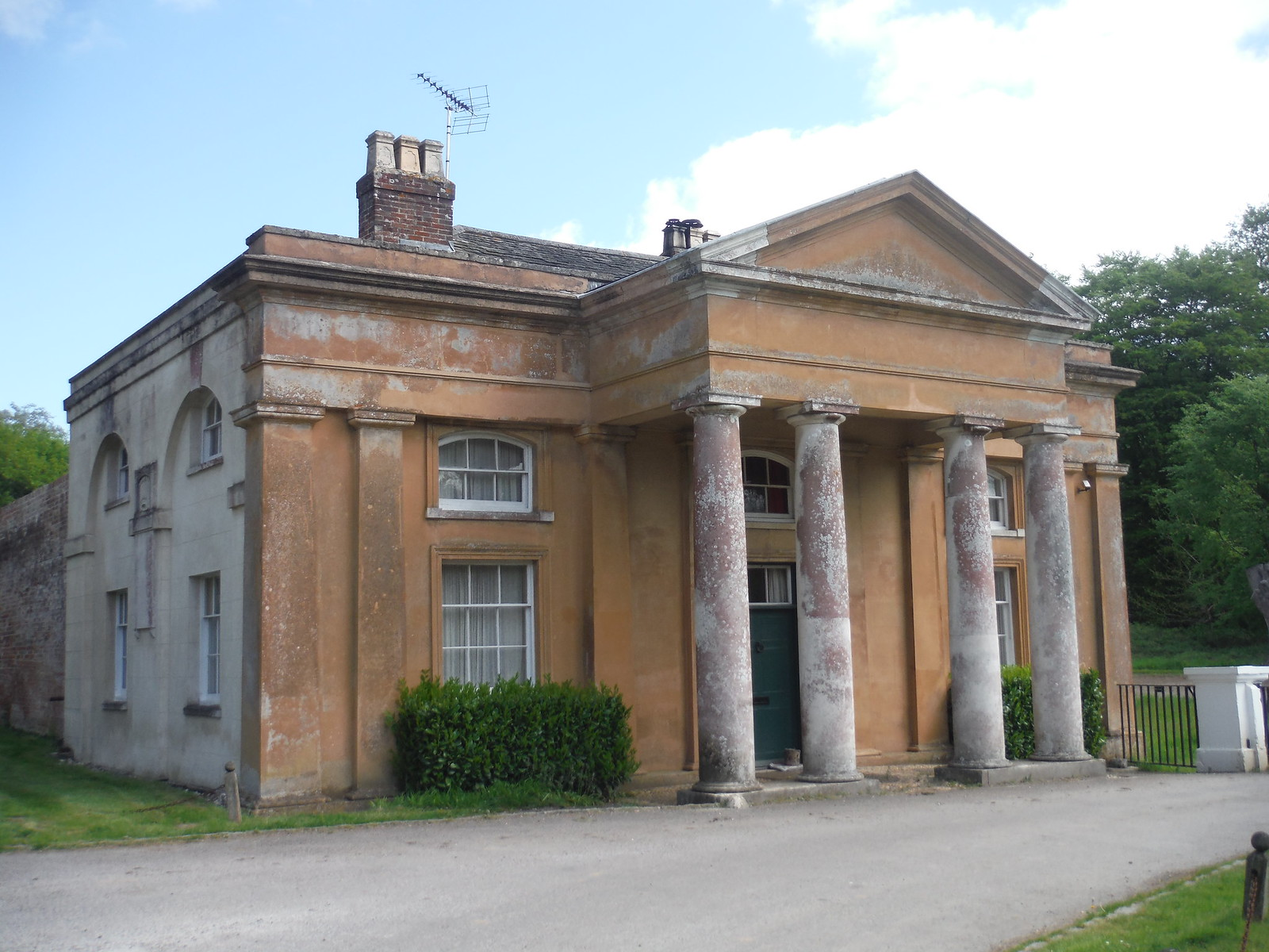Middle Lodge, Stansted Park SWC Walk Rowlands Castle Circular