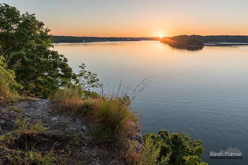 lakeoftheozarksstatepark osagebeach missouri rockytop trail june summer nikond750 green trees early morning sunrise dawn cliff scenic view overlook clear sunny blue sky rocky lake water grass tamron2470mmf28 sun hdr sunstar dolomite ozarks