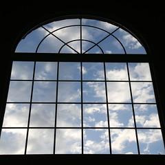 Céu azul através de janela