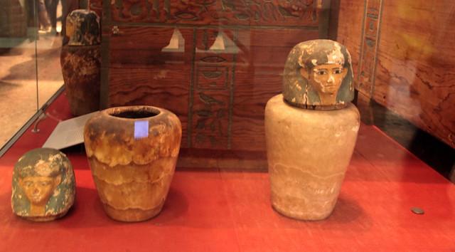 I vasi canopi, cioé i vasi funebri che contenevano gli organi estratti durante il processo di imbalsamazione, facevano parte del corredo funebre. (3)