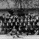 Rekruten des Jahrgangs 1905 (von insgesamt 110 Geburten) anlässlich der Musterung im Jahr 1925 mit den Alten Musikanten. Sie waren als Knabenkapellen auf Weltreise und bildeten einen Bezugspunkt der späteren Blaskapellen.