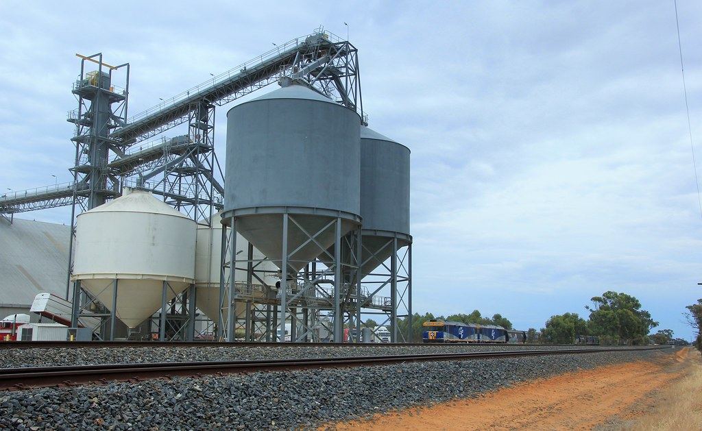 GL109 and GL107 are dwarfed by the loading silos at Grain Flow by bukk05