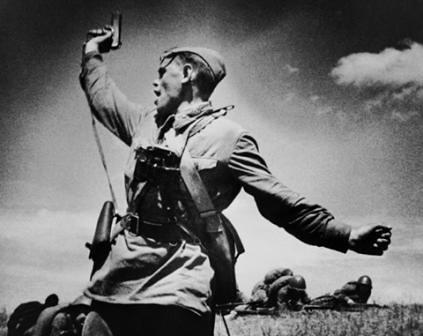Oficial soviético liderando a sus tropas
