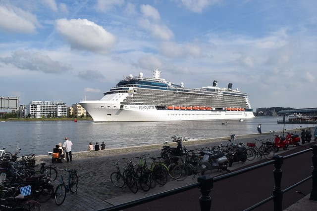Cruiseschip op het IJ