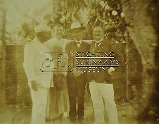 Groepsportret vier mannen en een vrouw | by Stichting Surinaams Museum