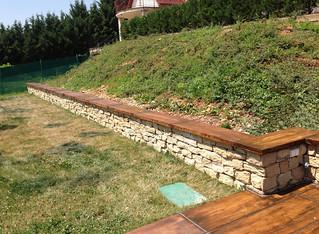 Lábazati kövek, tér és fa utánzatú térburkolatok.