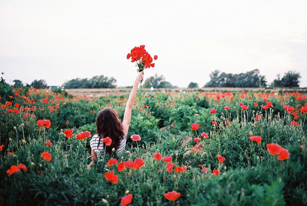 Открытки днем, картинки девушки спиной с цветами