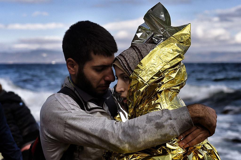 Una parella de refugiats sirians s'abraça tot just arribar…   Flickr